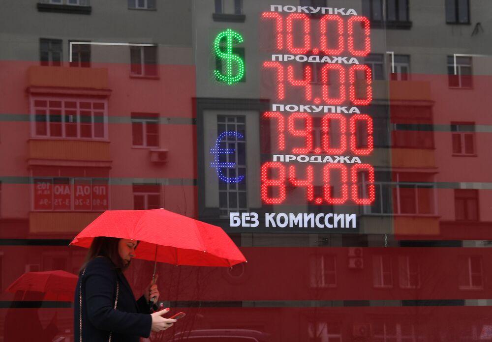 Em meio à variação do dólar no mundo, tabela com câmbio de moedas em Moscou mostra o valor da moeda americana e do euro