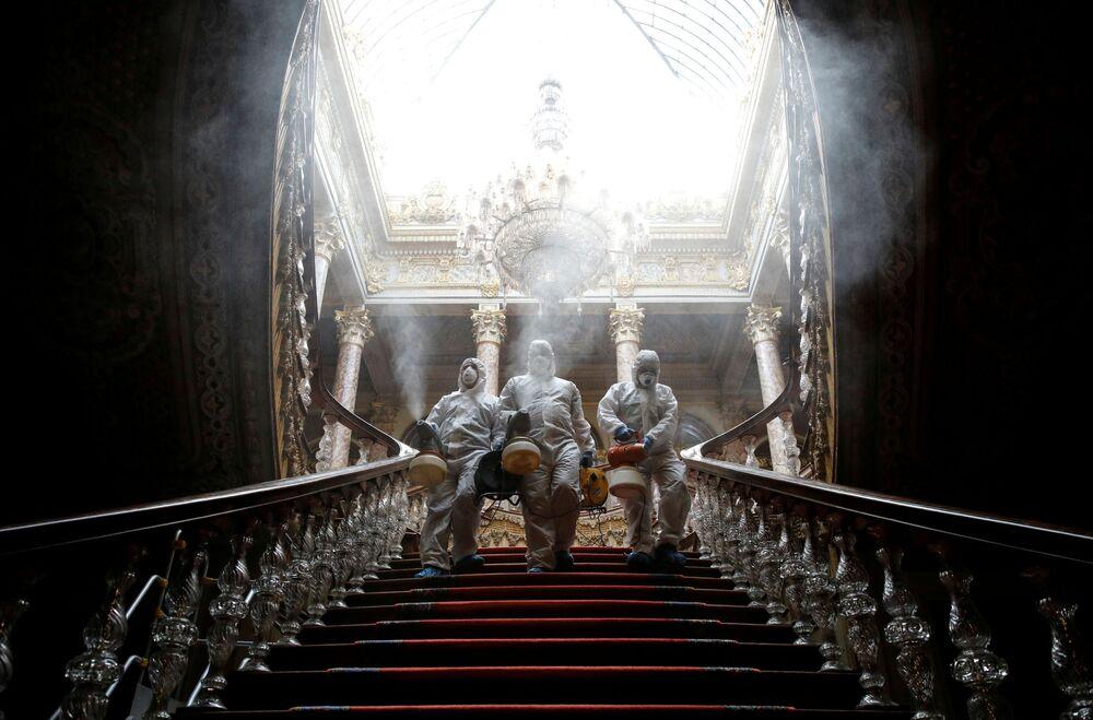 Palácio de Dolmabahce passando por processo de borrifação em Istambul