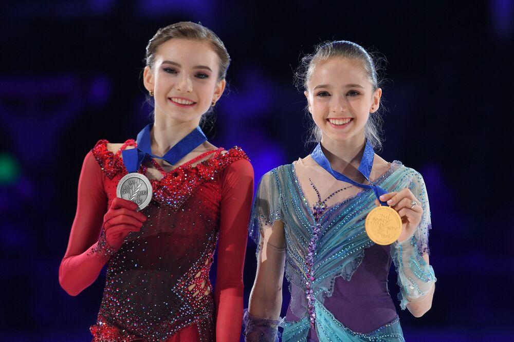 As vencedoras russas, Daria Usacheva e Kamila Valieva, de patinação no gelo solo em campeonato júnior em Tallinn, Estônia