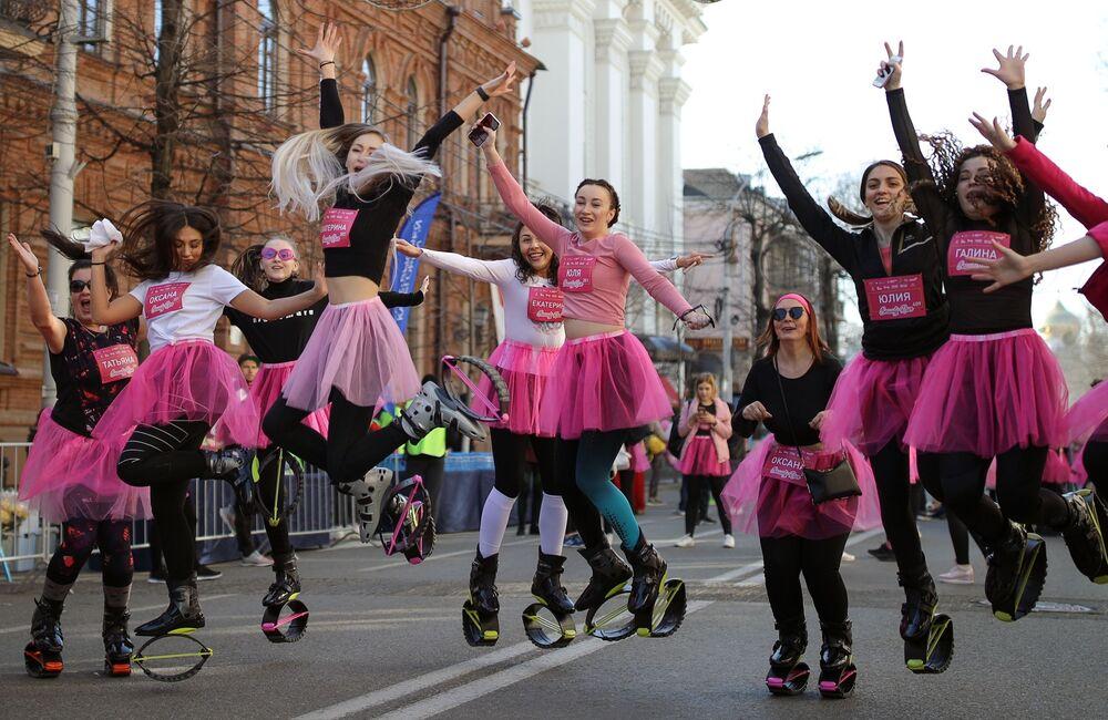 Participantes da corrida feminina Beauty Run na cidade russa de Krasnodar