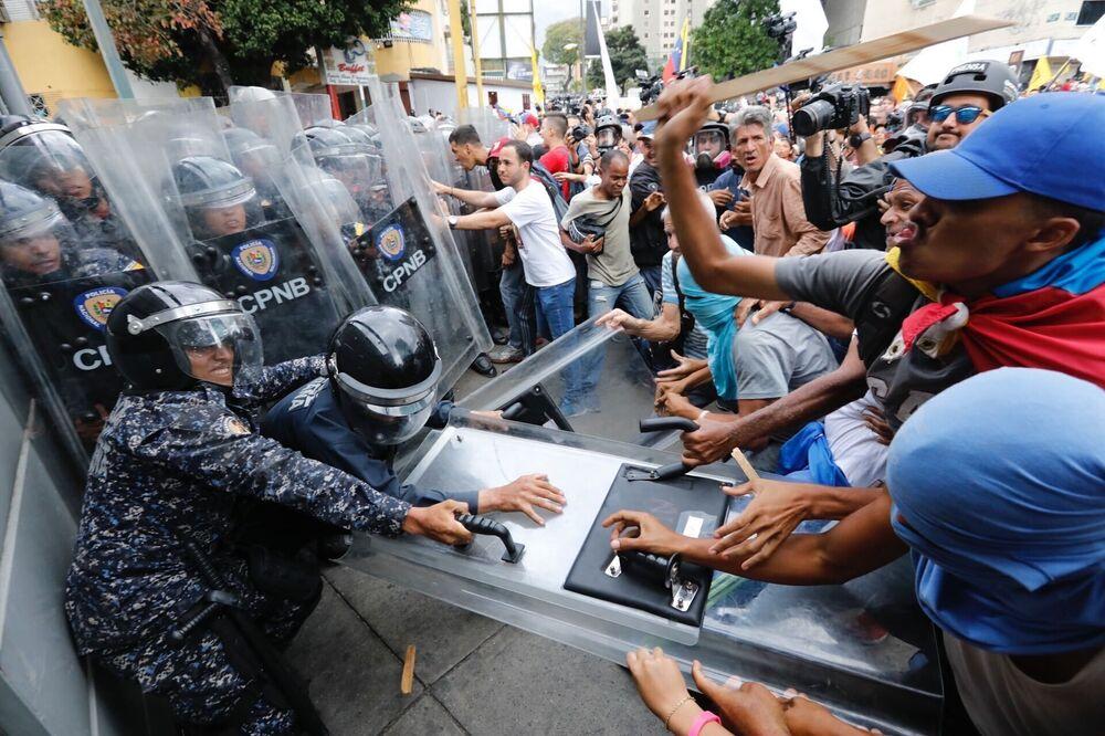 Manifestantes oposicionistas entram em confronto com policiais venezuelanos em Caracas