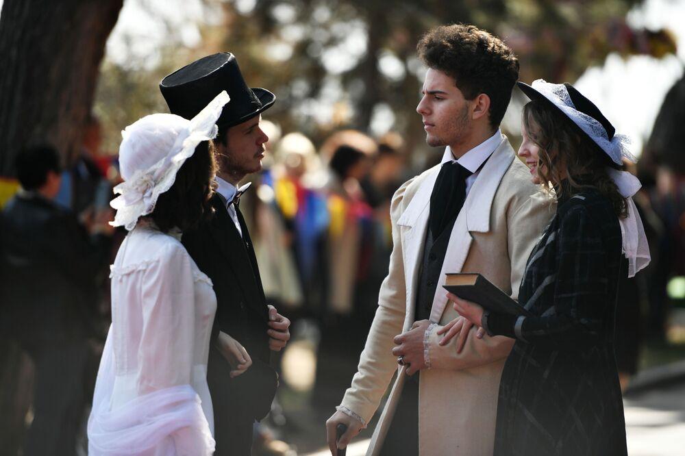 Participantes da promenade inspirada no conto A Dama do Cachorrinho, do escritor russo Anton Tchekhov, durante um festival na cidade russa de Yalta