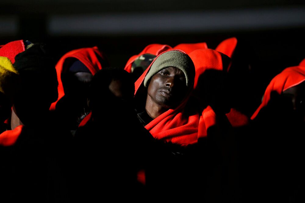 Migrantes esperam desembarque de lancha de salvamento no porto de Málaga, na Espanha