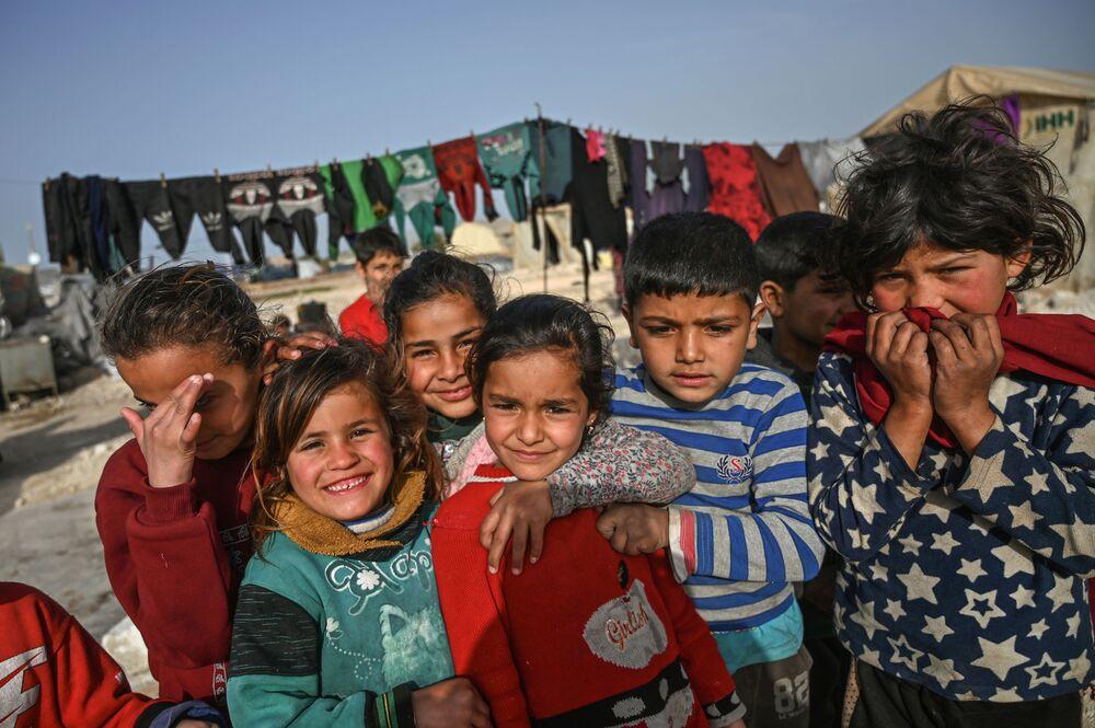 Crianças sírias em campo de refugiados no vilarejo de Kafr-Lusin na província de Idlib, Síria