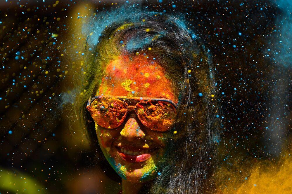 Participante do festival Holi em Mumbai, Índia