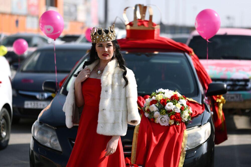 Participante de carreata dedicada ao feriado de 8 de março na cidade russa de Rostov-no-Don