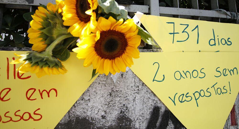 Local onde a vereadora Marielle Franco e o motorista Anderson foram assassinados amanheceu decorado com flores. A homenagem lembra os dois anos do crime na cidade do Rio de Janeiro