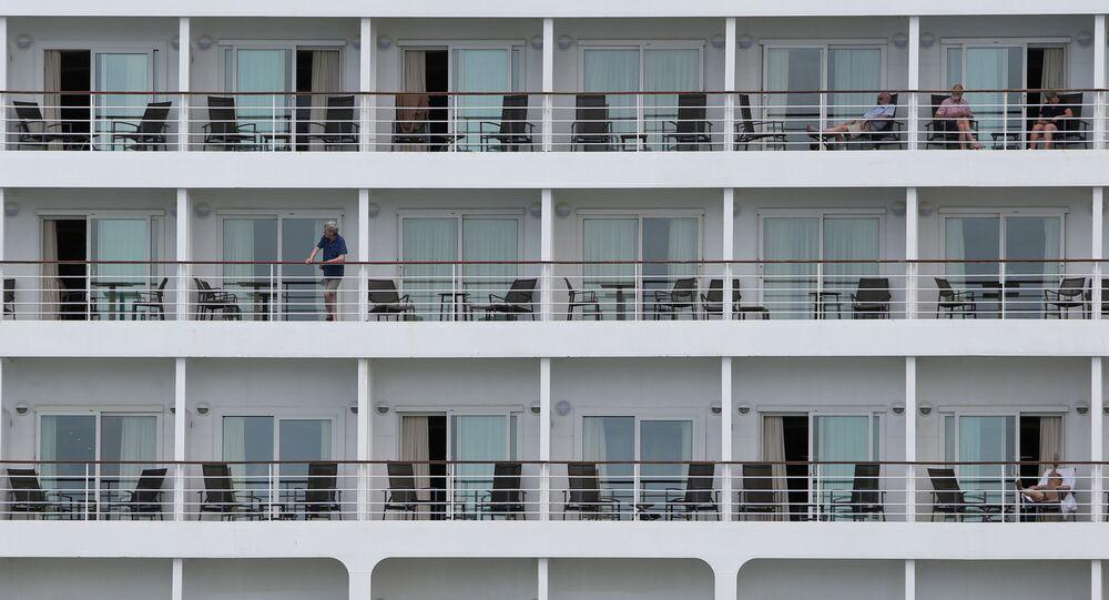 Passageiros no navio de cruzeiro isolado no porto de Recife, em Pernambuco, em 13 de março de 2020
