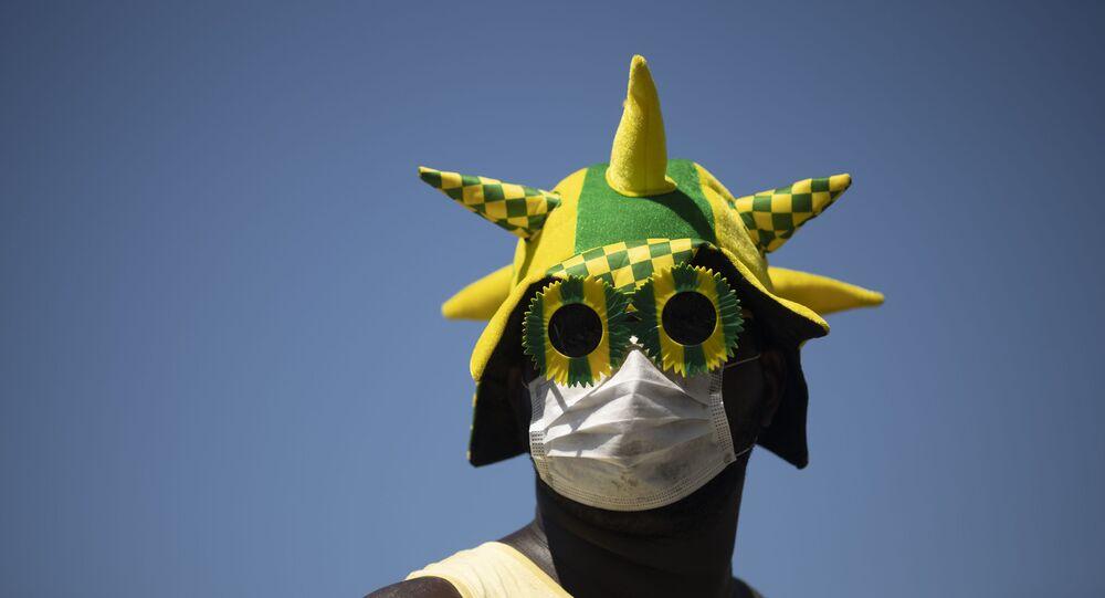 No Rio de Janeiro, homem usa máscara para se proteger do coronavírus durante manifestação
