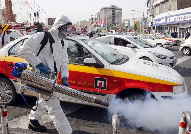 Bombeiro iraniano desinfeta ruas da capital Terrã (foto de arquivo)