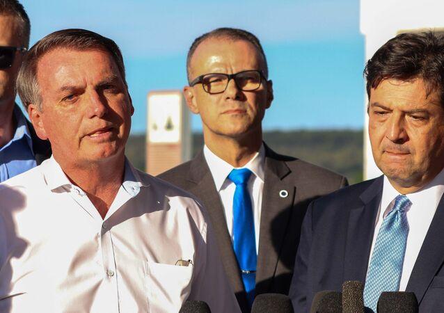Presidente Jair Bolsonaro fala à imprensa ao lado do ministro da Saúde, Luiz Henrique Mandetta, em Brasília