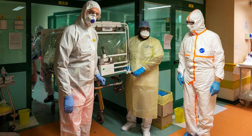 Médicos em fatos protectores transferem um paciente com coronavírus da unidade de terapia intensiva do Hospital Gemelli para o Hospital Columbus Covid em Roma, Itália, 16 de março de 2020