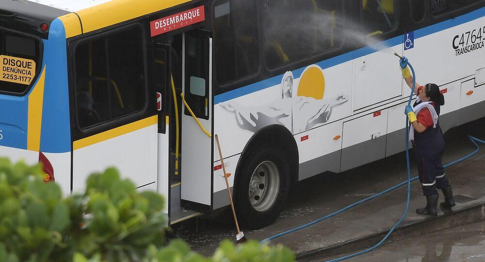 Para prevenção ao coronavírus ônibus do transporte público são lavados e higienizados na garagem da empresa Redentor na zona oeste do Rio de Janeiro