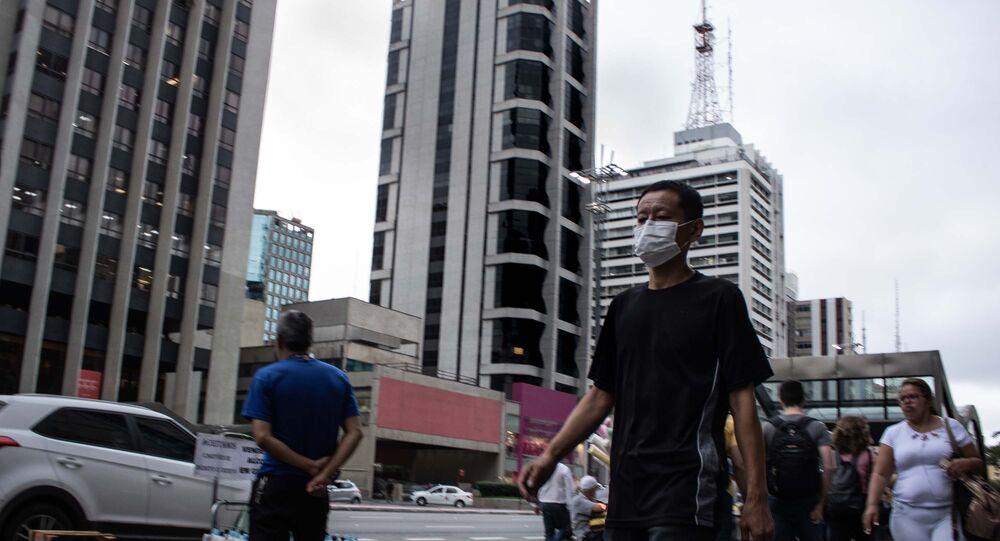 Pedestre utilizando máscara na região da Avenida Paulista do Metrô em São Paulo (SP), nesta terça-feira (17), como prevenção ao Coronavírus.