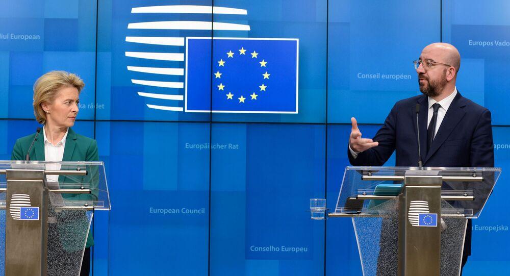 Presidente da Comissão Europeia, Ursula von der Leyen, e o presidente do Conselho Europeu, Charles Michel, assistem a coletiva de imprensa após chamada do G7 em Bruxelas, Bélgica, 16 de março de 2020