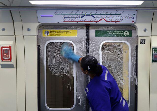 Funcionária do metrô de São Paulo desinfeta vagão para conter a propagação do coronavírus em São Paulo, em 17 de março de 2020