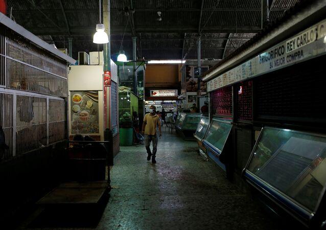 Pessoa usando máscara de proteção em um mercado de Caracas, Venezuela, em meio a quarentena decretada como resposta à propagação da doença do novo coronavírus (COVID-19), 17 de março de 2020