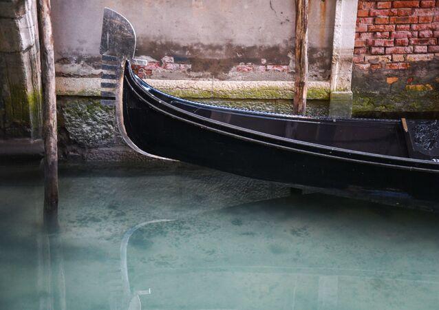 Gôndola em um canal de Veneza