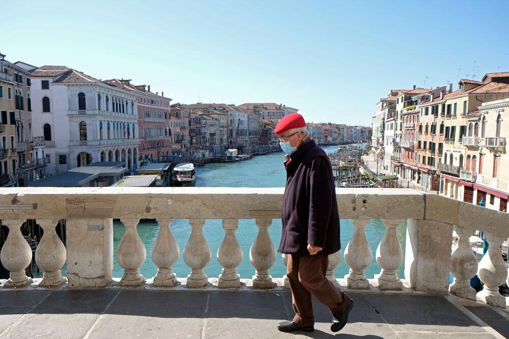 Homem com uma máscara em Veneza