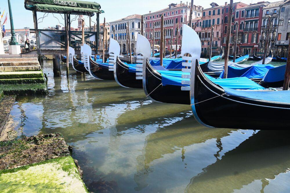 Gôndolas aguardando turistas na cidade de Veneza
