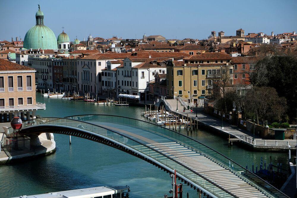 Vista de ponte vazia Constituição em Veneza