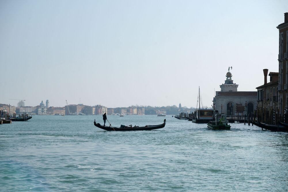 Panorama de canais abandonados de Veneza devido ao coronavírus