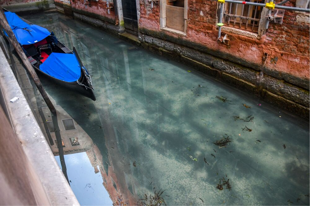 Gôndola sem turistas na cidade de Veneza