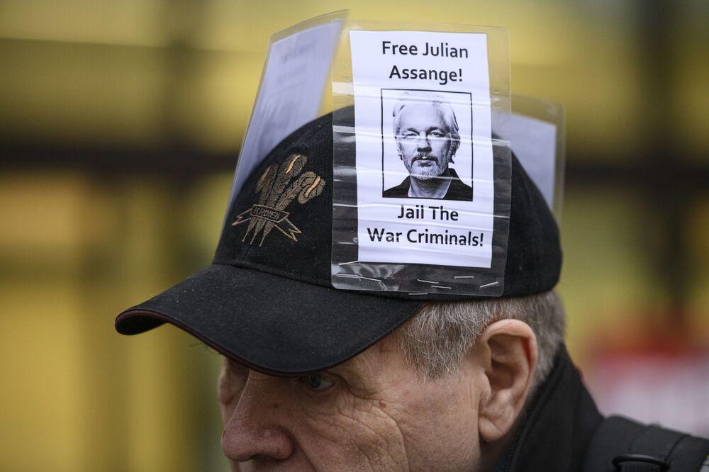 Participante de manifestação contra extradição do fundador do WikiLeaks, Julian Assange, em Londres