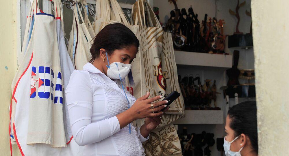 Vendedora usa máscara em Cuba para de proteger do coronavírus