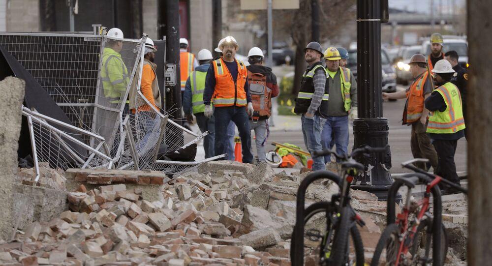 Trabalhadores observam destroços de construção em Salt Lake City após terremoto de magnitude 5,7 atingir o estado de Utah, nos EUA