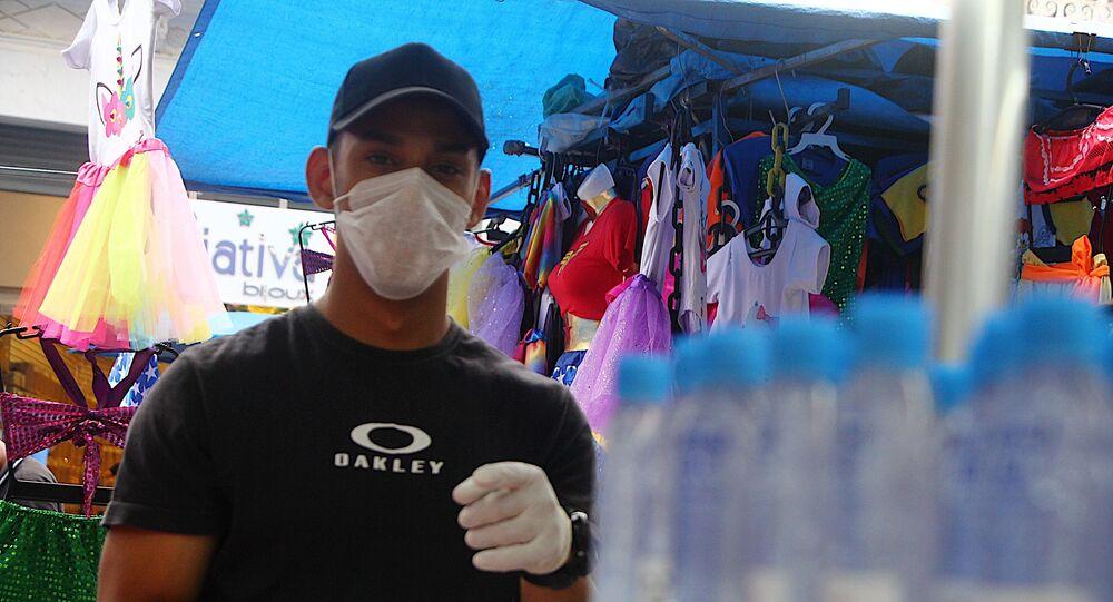 Movimentação de pessoas em lojas para comprar álcool em gel que está sendo limitado a venda de um frasco por pessoa  na região da 25 de Março na tarde desta quarta-feira (18) em São Paulo.