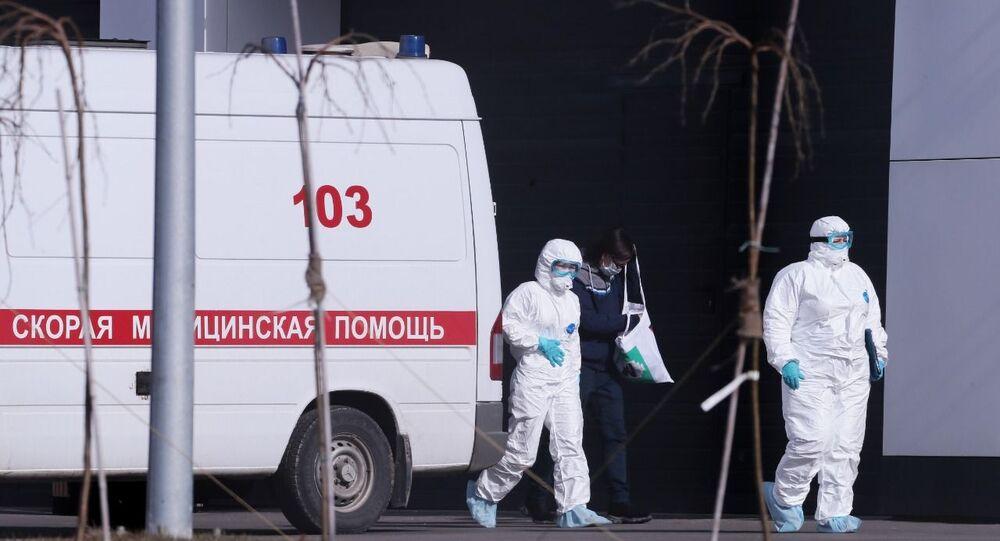 Paciente com suspeita de coronavírus sai de ambulância para hospital de Kommunarka, próximo a Moscou, Rússia (foto de arquivo)