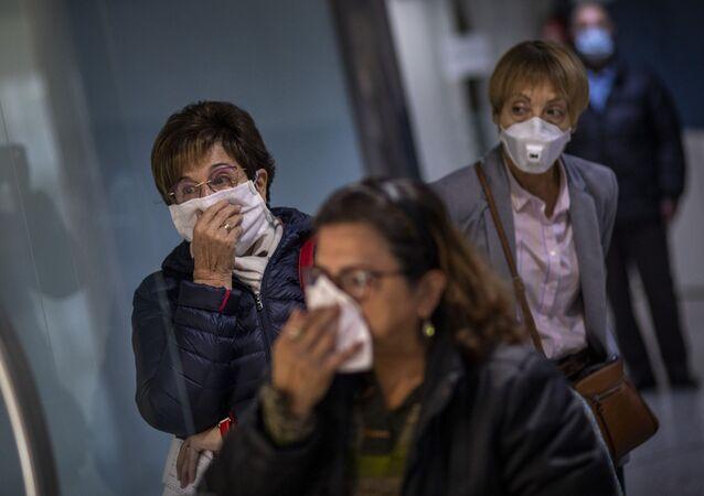 Mulheres usando máscaras para evitar o contágio pelo coronavírus na Espanha