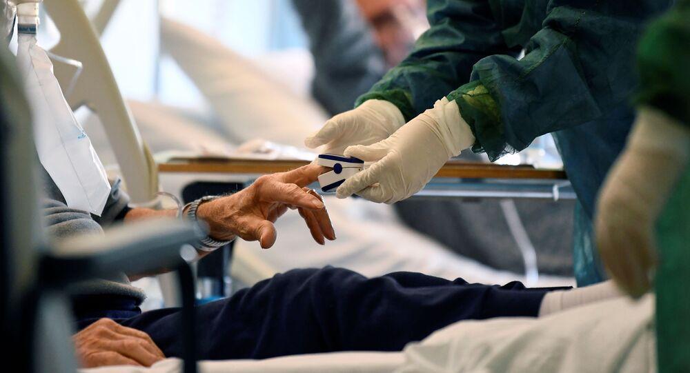 Médico utilizando proteção trata de paciente com COVID-19 em hospital na província de Cremona, na Itália, 19 de março de 2020