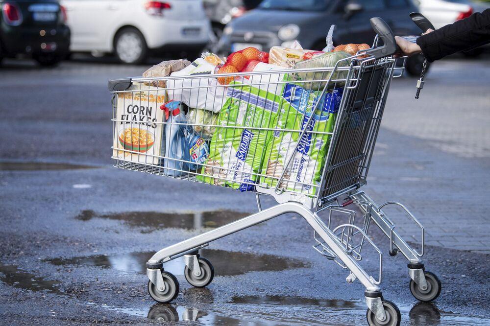 Carrinho de compras lotado é empurrado por consumidor na cidade de Pullach, na Alemanha