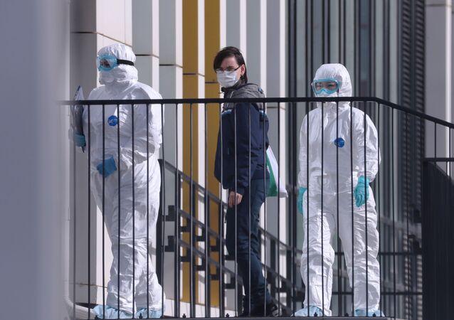 Paciente com suspeita de coronavírus sai de ambulância para hospital de Kommunarka, próximo a Moscou, Rússia
