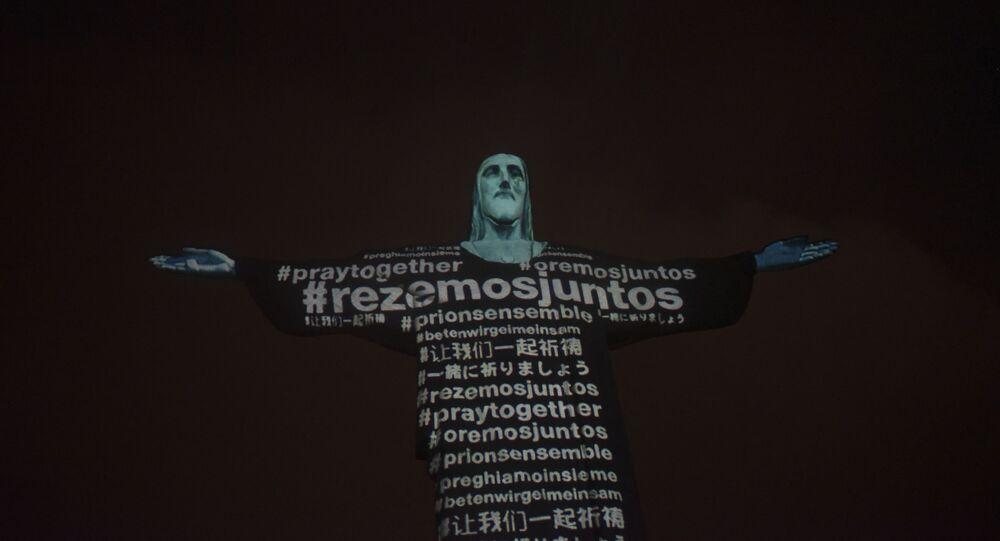 Cristo Redentor, um dos pontos turísticos mais famosos do Brasil, na zona sul do Rio, recebeu às 20h desta quarta-feira, 18, a projeção de mapas de continentes e bandeiras dos mais de 150 países com casos confirmados de coronavírus, na noite de quarta-feira (18).