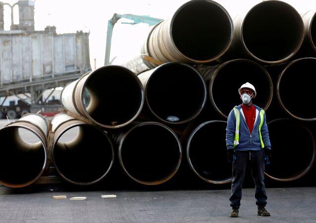 Funcionário do porto de Ashdod, em Israel, trabalha usando máscara de proteção, em 18 de março de 2020