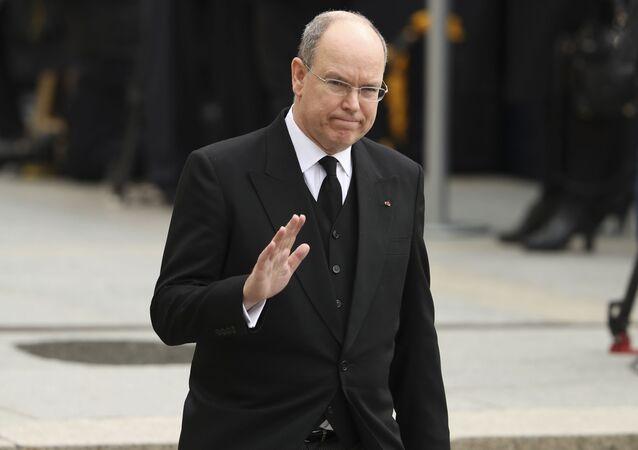 O príncipe Albert II, de Mônaco, deixa a catedral de Notre Dame após o funeral do Duque Jean de Luxemburgo, em Luxemburgo.