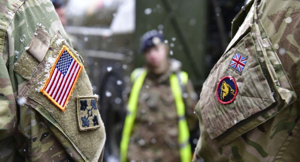 Soldados dos EUA e do Reino Unido lado a lado após uma coletiva de imprensa sobre os exercícios militares Defender 2020, em Bruek, na Alemanha