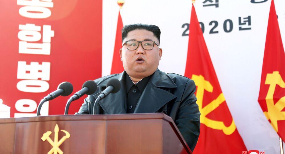 Líder norte-coreano, Kim Jong-un, discursa durante cerimônia de lançamento da pedra fundamental de novo hospital em Pyongyang, em 17 de março de 2020