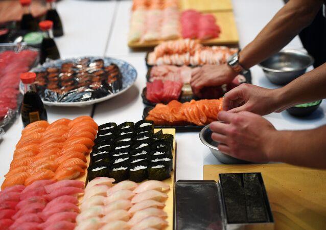 Cozinha tradicional japonesa - sushi, elaborada com arroz e produtos crus do mar, em uma recepção para celebrar o aniversário do Imperador Akihito do Japão, na Embaixada do Japão na Rússia