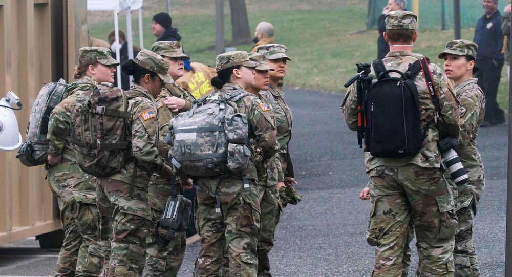 Soldados do Exército dos EUA são mobilizados para operar em centro de testes para o coronavírus, em Nova Jersey, EUA, 20 de março de 2020