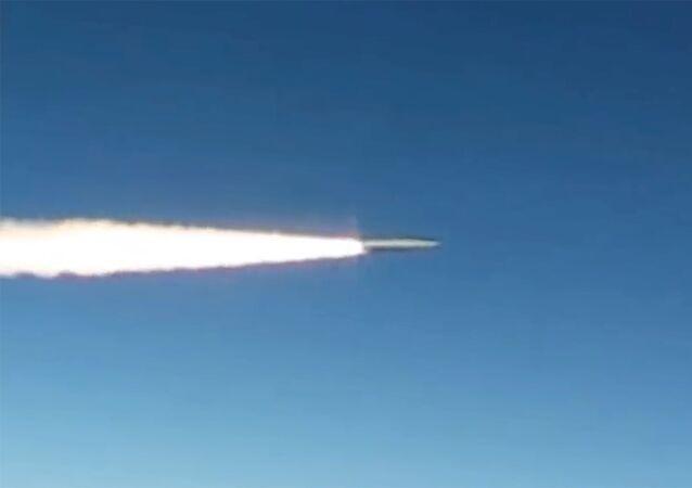 Lançamento do míssil hipersônico do sistema russo Kinjal (foto de referência)