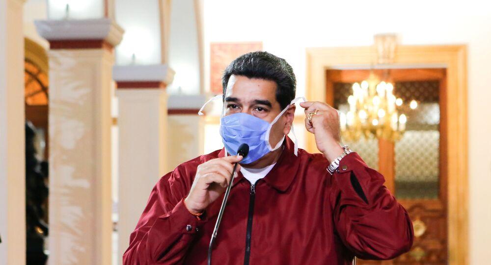 Presidente da Venezuela, Nicolás Maduro, usa máscara de proteção ao falar durante uma reunião no Palácio de Miraflores, em Caracas