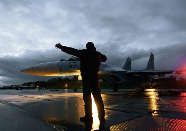 Caça Su-27 recebendo autorização para decolagem (imagem referencial)