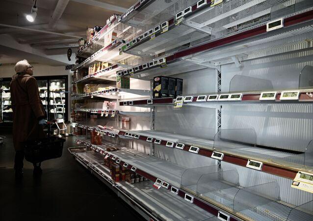 Mercado com prateleiras vazias em Paris (imagem referencial)
