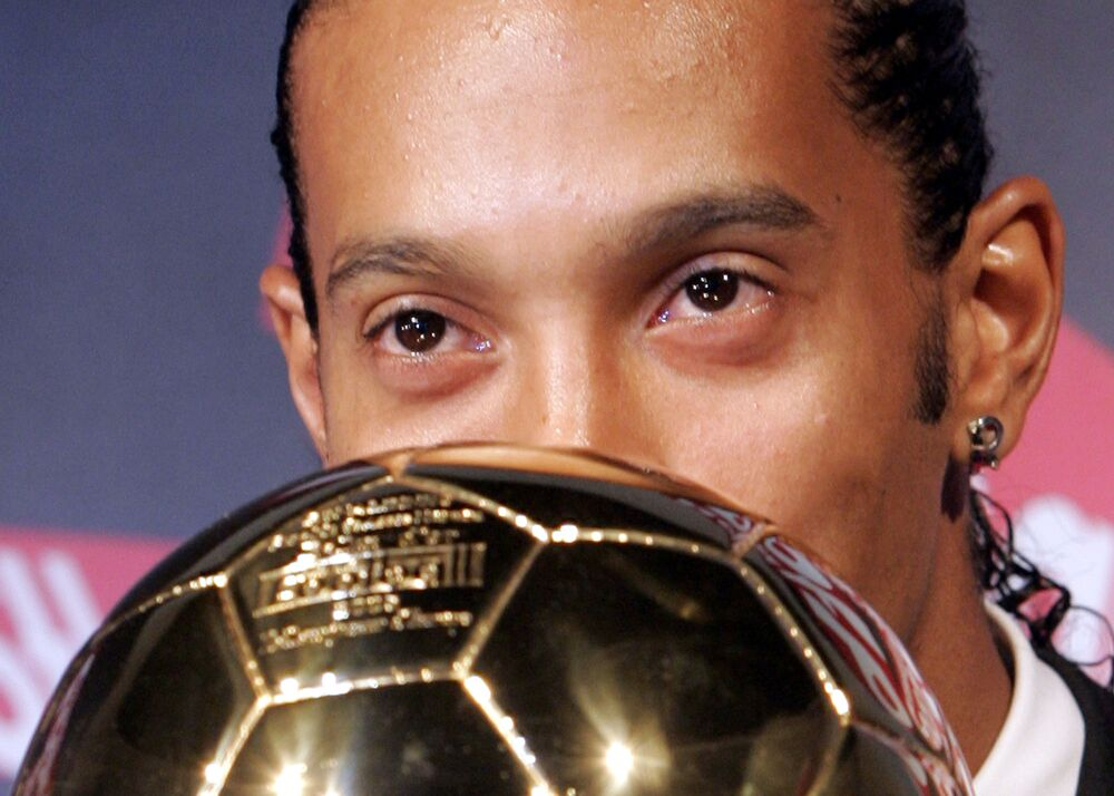 Jogador de futebol brasileiro Ronaldinho Gaúcho beija prêmio de melhor jogador de futebol do ano na Europa, em 2005