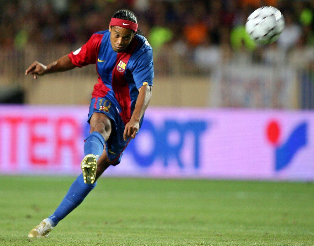 Atacante do Barcelona, Ronaldinho Gaúcho chuta bola durante partida de futebol entre o Sevilha e o Barcelona, em 2006