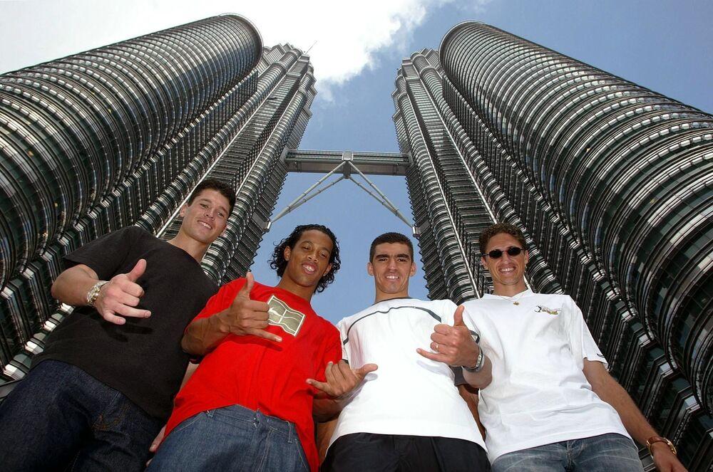 Jogadores de futebol brasileiros Anderson, Ronaldinho, Lúcio e Edmílson em Kuala Lumpur, em 2002